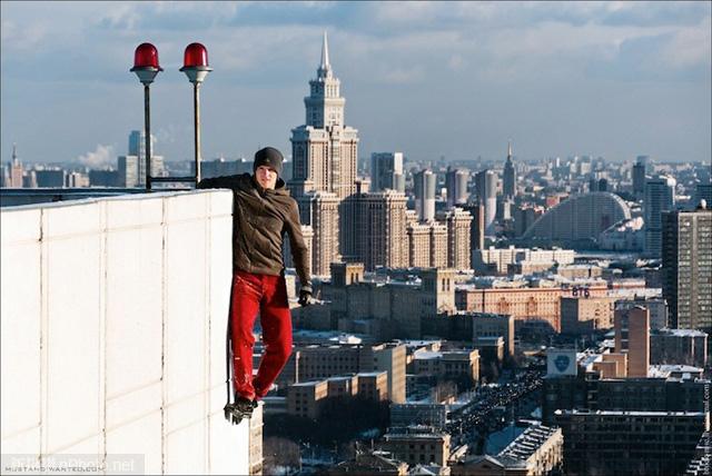 作品赏析:俄罗斯男孩悬挂在高层建筑上拍照9