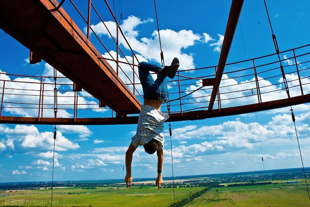 作品赏析:俄罗斯男孩悬挂在高层建筑上拍照7