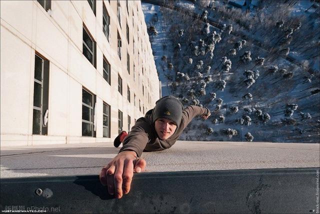 作品赏析:俄罗斯男孩悬挂在高层建筑上拍照10