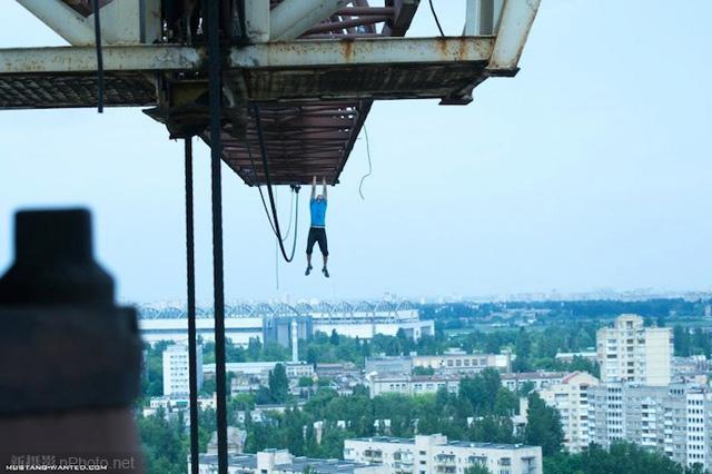 作品赏析:俄罗斯男孩悬挂在高层建筑上拍照4