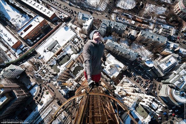 作品赏析:俄罗斯男孩悬挂在高层建筑上拍照12