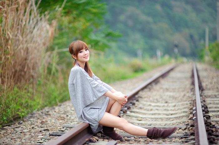 Photoshop打造清爽的韩系蓝绿色春季外景人物图片2