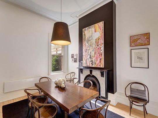 """别墅装修想要装修得好,采用欧式风格的设计理念绝对是没有错的,可以将别墅设计得更加""""高端大气上档次"""",充满着高质感的生活理念。一起来欣赏下下文的欧式风格别墅装修效果图吧! PART1:客厅设计  装修TIPS:电视柜设计 长款电视柜增加居室的收纳展示面积,延长空间的视觉效果。此外,贴墙而放,利于打造宽敞空间。  装修TIPS:开放式空间设计 设计师通过天花板进行区域分隔,保持空间的完整性又产生一览无余的视觉效果,让整体空间更加开阔。 PART2:餐厅设计  装修TIPS:严肃中透着可"""